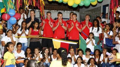 Seleção alemã em visita à uma escola municipal do vilarejo de Santo André.