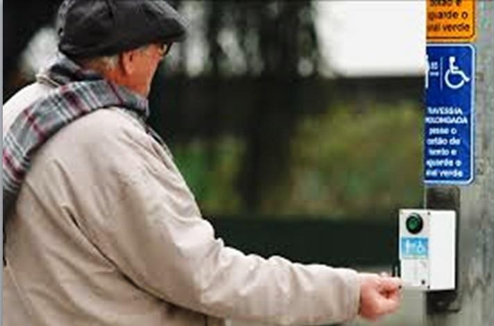 Semáforo inteligente ajuda idosos em Curitiba