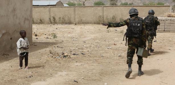Soldados camaroneses alertam garoto em área de atuação do Boko Haram