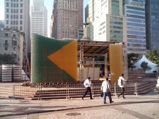 Bandeira feita de garrafas pet montada no Parque do Anhagabaú (foto): parece sustentável, mas não é. Imagem: Karina Fiorini