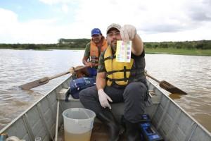 Tiago Félix, biólogo e educador ambiental da SOS Mata Atlântica, mostra kit de monitoramento da água.