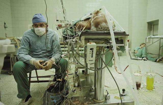 O médico e sua assistente, exaustos, acompanham a recuperação do paciente após 23 horas de operação - a nobreza da medicina está na dedicação