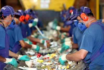Central de triagem de lixo reciclável.