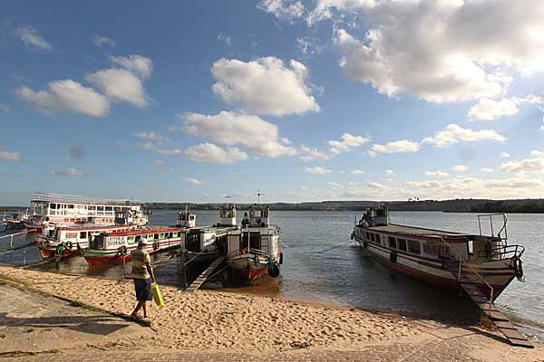 Barcos para travessia entre Penedo (AL) e a cidade de Santana de São Francisco (SE) pelo Rio São Francisco. Foto: Márcio Fernandes/Estadão