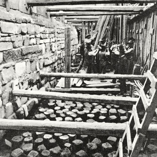 Trabalhadores constroem a base para o novo campanário da Basílica de São Marcos, em fotografia publicada na revista L'Illustrazione Italiana em 1905 (Getty Images)