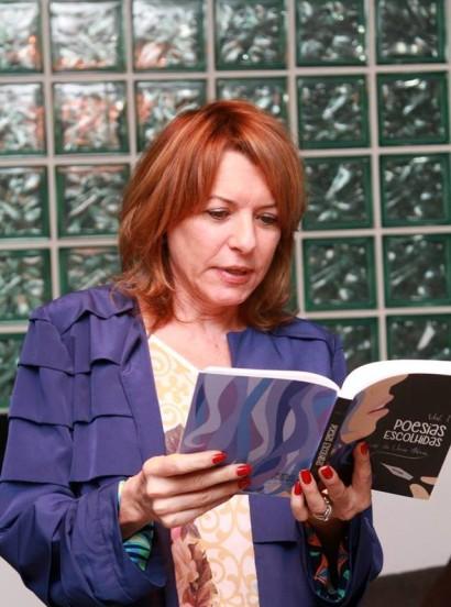 A apresentadora Olga Bongiovanni participando do sarau.