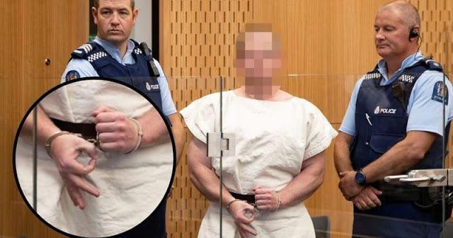 O neonazista Brenton Tarrant, responsável pela morte de 51 pessoas na Nova Zelândia, faz o sinal da supremacia branca. Não há espaço para a ingenuidade
