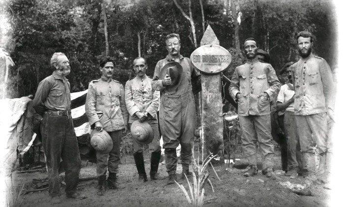 Theodore Roosevelt, Rondon e membros da equipe posam diante do marco do rio que leva o nome do ex-presidente americano. - Divulgação/Museu do Índio/Funai / .