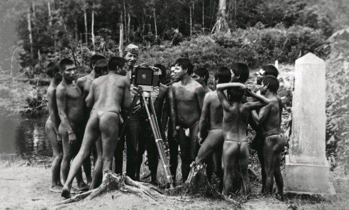 Membro de comissão mostra uma câmera para os índios na fronteira com a Colômbia: rituais de tribos eram filmados - Reprodução / .